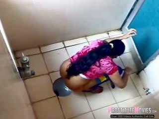 印度人 女士們 filmed 上 間諜 凸輪 在 一 公 廁所