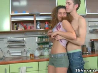 Kinky virgin tempts henne mann