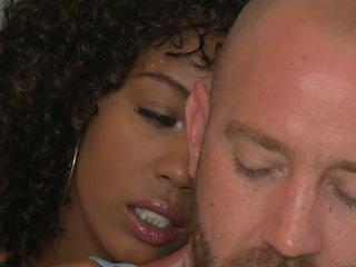 इंटररेशियल सेक्स साथ curly-haired ईबोनी महिला.