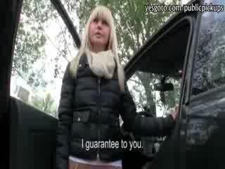 Sexy amateur blondine tsjechisch meisje achterbank geneukt voor cash
