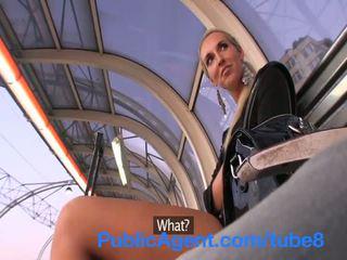 Publicagent bleached blondine babe gets geneukt outdoors achter een coach