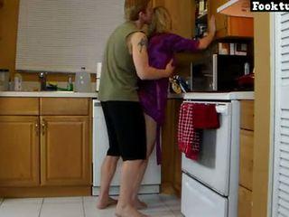 Māte lets dēls lifts viņai un slīpēt viņai karstās pakaļa līdz viņš cums uz viņa šorti