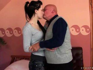 Shumë i vjetër gjyshi loves adoleshent vajzë