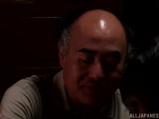 Yui hatano gives een schattig lik naar sommige elderly bloke