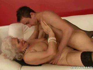 Caliente pechugona abuela follando un chico