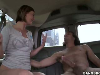 Sexy blonde mégère nailed en la bang bus