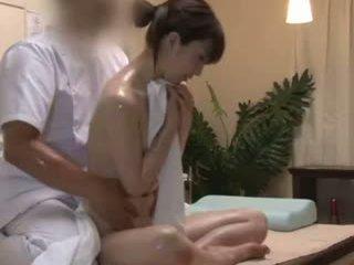 Spycam reluctant teengirl seduced על ידי masseur