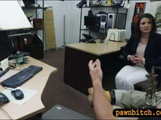 Customers vrouw screwed door pawn bewaarder in de achterkamer