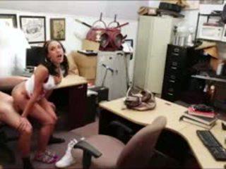 पेटिट क्यूबन गर्ल seduces owner साथ टीवी