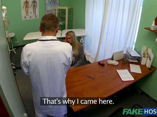 Ārsts banged jauns pacients.