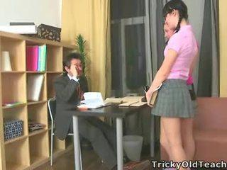 Sexig damer fan deras åldrad läraren.