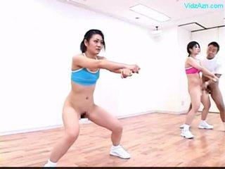 Guy stopping the čas na the aerobik trieda stripping holky o