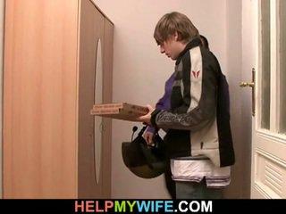 Pizza guy neuken vrouw in voorzijde van echtgenoot
