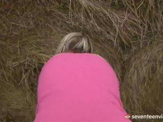 Remaja perempuan melancap dalam yang haystack