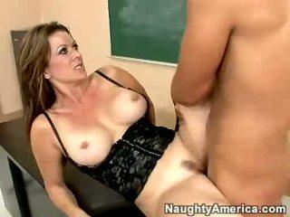Raquel devine receives en warm load av jizz på henne mun
