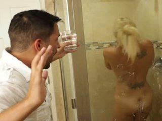 בלונדינית נחמד בייב charlee chase loves מזיין בפנים bathrooms