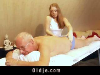 Senas vyras fucks jaunas blondinė masseuse cums į jos burna <span class=duration>- 6 min</span>