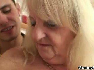Han screws blondin mormor i svart nylonstrumpor