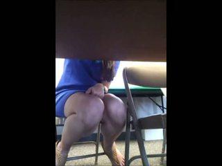 Θέα δάσκαλος υπό τραπέζι κάτω από την φούστα!