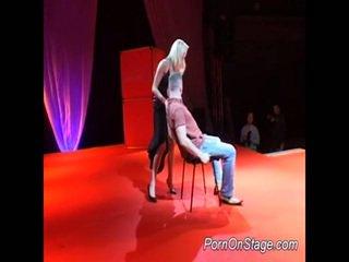 Khiêu dâm cô gái tóc vàng con điếm fucking trên sân khấu