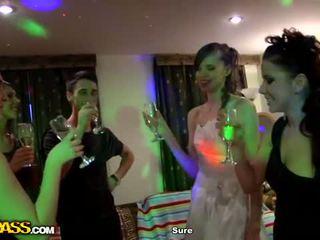 Jauns gads eve grupa orgija: minēts sacensība video