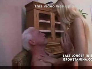Indah rambut pirang fucks tua orang