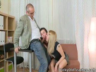 Vidéo de jeune fille having sexe avec une vieux homme