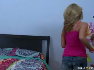 Een meisje krijgen geneukt in haar huis porno video-