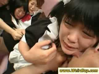 Heet aziatisch maids gets geneukt op de zitbank