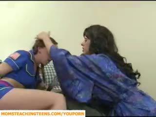 Mamma seducing ragazzo e giovanissima ragazza scout