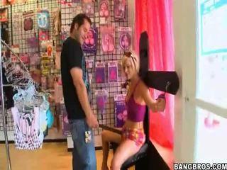 Blondine pornoster having joy met een van haar fans