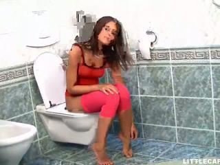 น่ารัก วัยรุ่น ผู้หญิงสวย gets เธอ หี eaten ใน the ห้องน้ำ