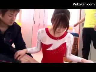 女の子 で gymnast ドレス getting massaged とともに オイル プッシー rubbed バイ 彼女の trainer で ザ· ロッカールーム