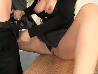 Milf sjef alana evans suging kuk i henne kontor