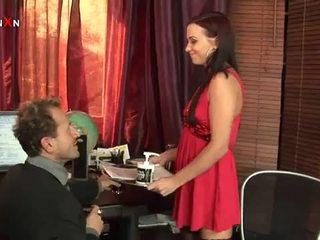 Geil secretaresse seduces baas in getting haar bips geneukt