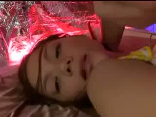 Durmiendo chica con tied arms y piernas getting su coño licked stimulated con vibrador por guy en máscara en la cama
