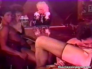 Bigtitted mujer bump en un noche bar