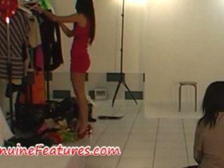 Seksowne modelka i photographer w backstage shooting