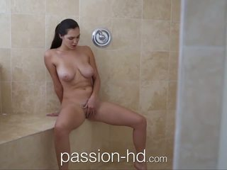 Passion-hd dívka masturbating v sprchový gets fucked