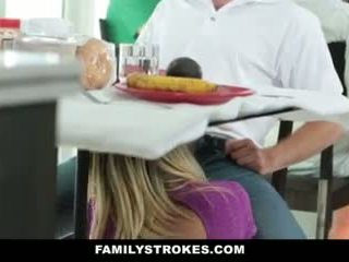 家族 strokes- step-mom teases と fucks step-son