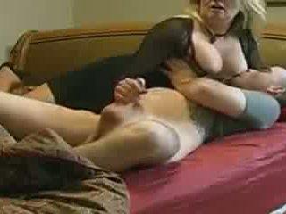Μαμά helps δεν αυτήν stepson σε κρεβάτι