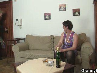 Стар баба spreads крака за пресен хуй