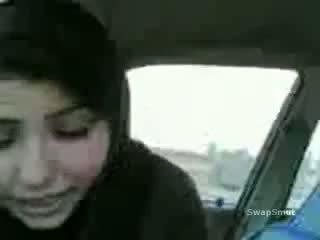 Arab vajzë swallows spermë në the makinë video