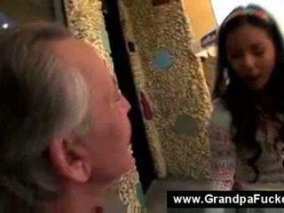 Tiener zuigen de elderly