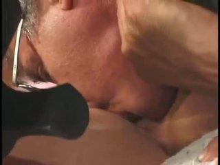 Zelta haired skaistule olivia saint acquires viņai noskūtas twat licked un eaten