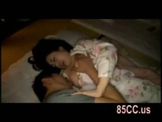 Femme baisée par husbands ami sur la lit 05