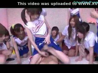 女学生 和 cheerladers rubbing guy 公鸡 同 他们的 pussi