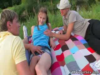 Mooi virgin gets deflowered gedurende picnic