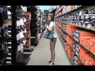 Nikkie en aubrey in de winkel teasing en flashing hun vorm parts