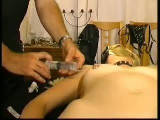 Masked สมัครเล่น slavegirl ใน saline injections